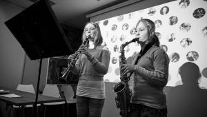 Magdalenka, které Cesta talentu zakoupila nové koncertní housle, a její sestra Veronika si nacvičili duet