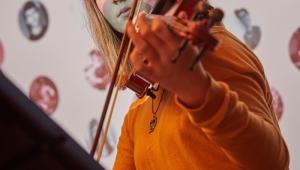 Magdalenka se svými koncertními houslemi, darovanými Cestou talentu