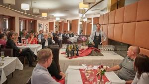 Hosté si mohli vychutnat několik výborných vín s výkladem zkušeného sommeliéra pana Gärtnera