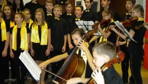 Magda s dalšími dětmi doprovází sbor Carola na koncertě pro Jedličkův ústav