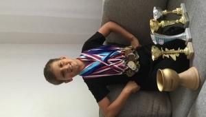 Míša se svou sbírkou medailí a pohárů z tanečních úspěchů