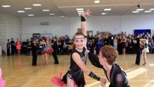 Adélka se svým tanečním partnerem během latiny
