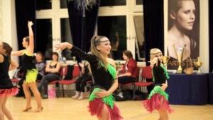 Adélka při další disciplínu, duo synchro latině se svou kamarádkou a taneční partnerkou Karolínkou