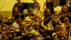 A zde Magdalenka opět hraje na své milované housle