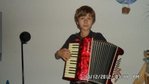 Patrik hraje na tři hudební nástroje. Na tahací harmoniku se naučil jako malý kluk